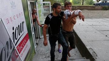 Раненый во время обстрела украинскими военными мужчина в Донецке