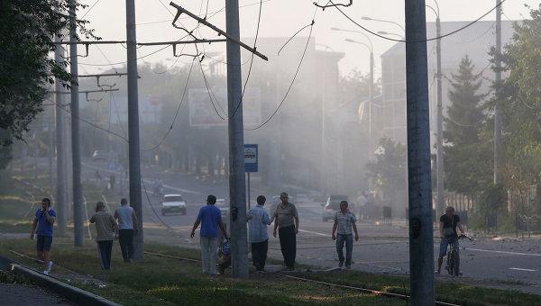 Жители Донецка после обстрела города украинскими военными. Архивное фото