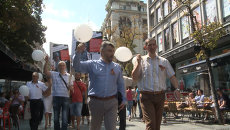 Десятки человек прошли с плакатами и шариками в поддержку Стенина по Белграду