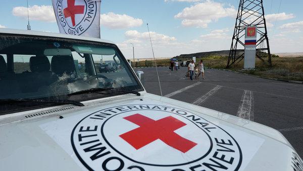 Автомобиль Красного Креста, который должен был сопровождать колонну автомобилей КамАЗ с гуманитарной помощью