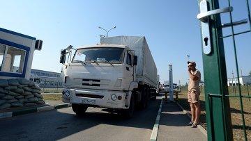 Колонна с гуманитарной помощью РФ для юго-востока Украины на КПП Донецк. Архивное фото