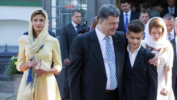 Президент Украины Петр Порошенко с супругой Мариной после окончания молитвы за Украину в Софийском соборе в Киеве