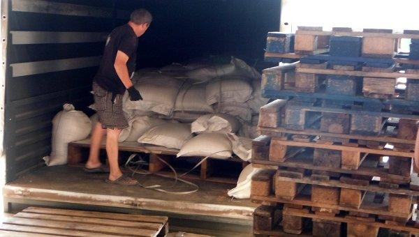 Разгрузка гуманитарного груза РФ для юго-востока Украины в Луганске