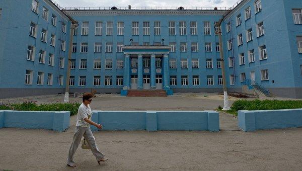 Прохожая у здания школы в городе Луганске. Архивное фото
