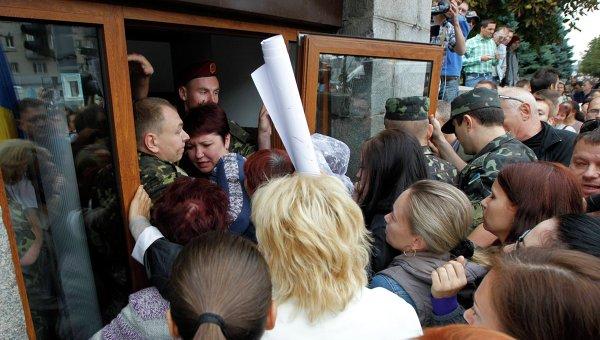 Родственники украинских солдат пытаются войти в здание министерства обороны в Киеве