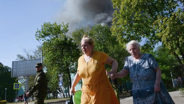 Жители Донецка во время обстрела города. Архивное фото