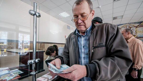 Мужчина получает пенсию в почтовом отделении в Симферополе. Архивное фото