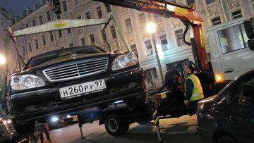 Эвакуация автомобиля в Москве. Архивное фото