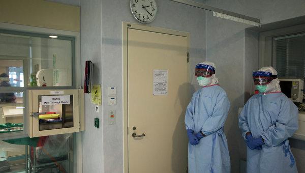 Медики в защитных костюмах в оборудованном помещении для зараженных вирусом Эбола. Архивное фото