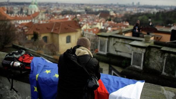 Человек с флагами Чехии и Евросоюза в Праге. Архивное фото