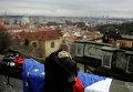 Человек с флагами Чехии и Евросоюза в Праге