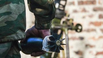 Миномётная мина в руках бойца ополчения. 3 сентября 2014 года