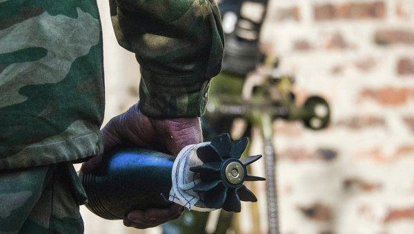 Миномётная мина в руках бойца, архивное фото