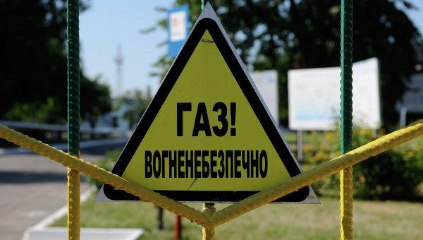 Предупреждающий знак на территории дожимной компрессорной станции. Архивное фото