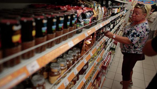 Женщина возле прилавка в одном из супермаркетов в Москве. Архивное фото