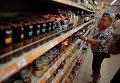 Женщина возле прилавка в одном из супермаркетов в Москве