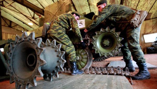 Ремонт боевой техники в полевых условиях во время учений, архивное фото
