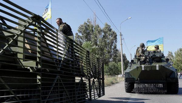 Украинские военные из батальона Азов в пригороде Мариуполя