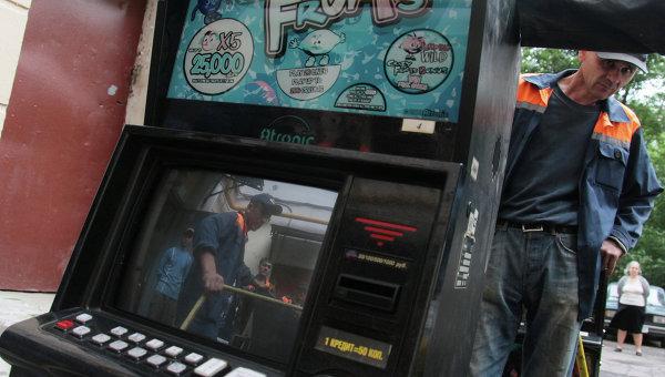 Отправка игровых автоматов для утилизацию. Архивное фото