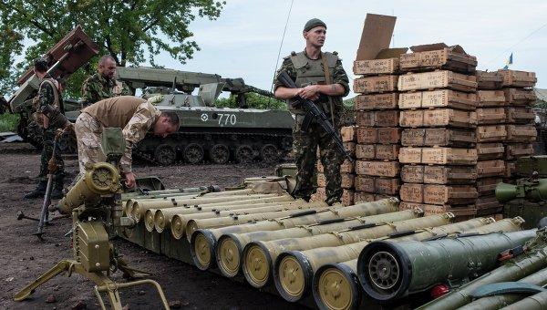 Украинские силовики разбирают оружие. Архивное фото