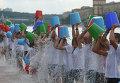 """Участники всемирной благотворительной акции """"Вызов ледяной водой"""" (Ice Bucket Challenge)"""