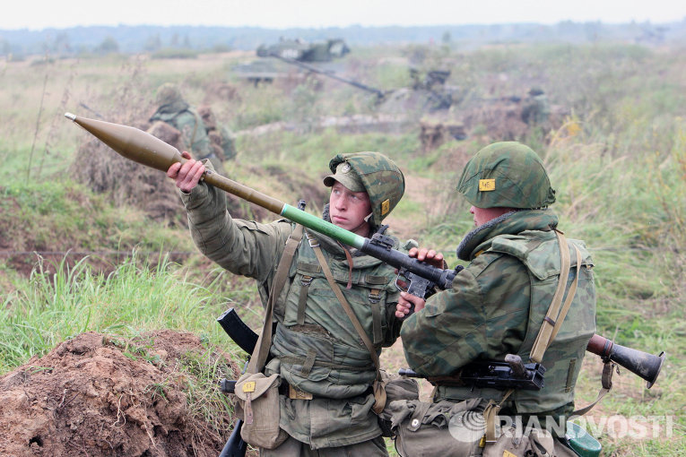 Бойцы готовят к выстрелу ручной гранатомет РПГ
