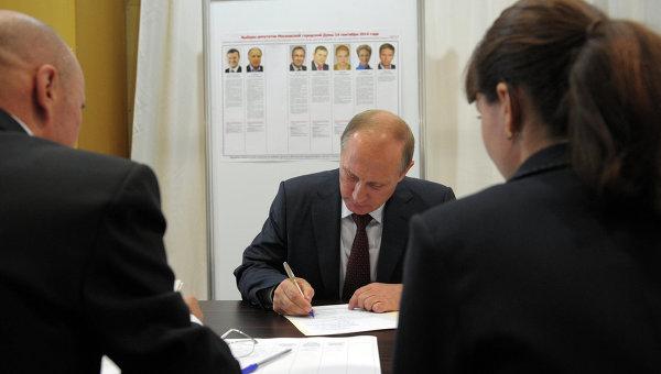 Президент России Владимир Путин во время досрочного голосования на выборах депутатов Мосгордумы