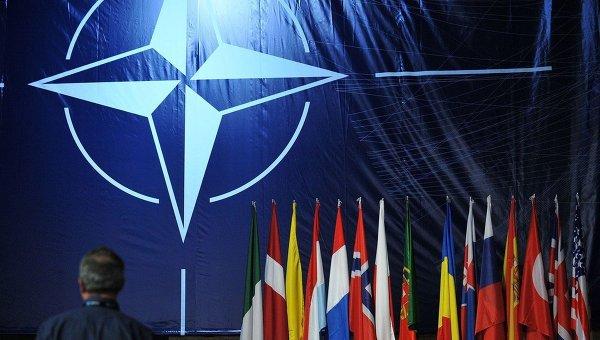 Логотип и флаги стран-участниц НАТО. Архивное фото