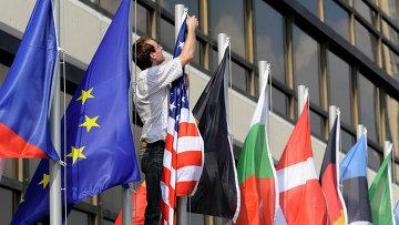 Флаги стран, входящих в ЕС, и флаг США. Архивное фото