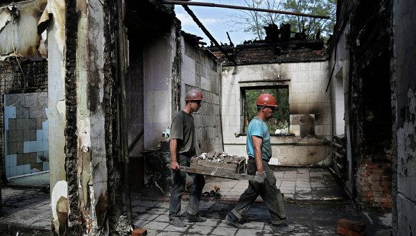 Рабочие ведут работы по восстановлению Донецка. Архивное фото