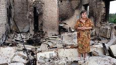 Жительница города Ясиноватая на руинах своей квартиры. Архивное фото.