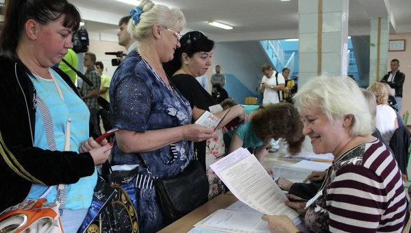 Жители Симферополя получают бюллетени для голосования на выборах. Архивное фото