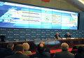 Заместитель председателя Центральной избирательной комиссии РФ Леонид Ивлев и член ЦИК Валерий Крюков (слева направо на далнем плане) во время брифинга в информационном центре ЦИК России в Москве.
