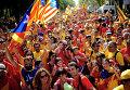 Люди во время демонстрации, призывающей к независимости Каталонии. Барселона, Испания, 2014