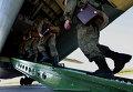 Российские военнослужащие во время посадки в транспортный самолет АН-12БК