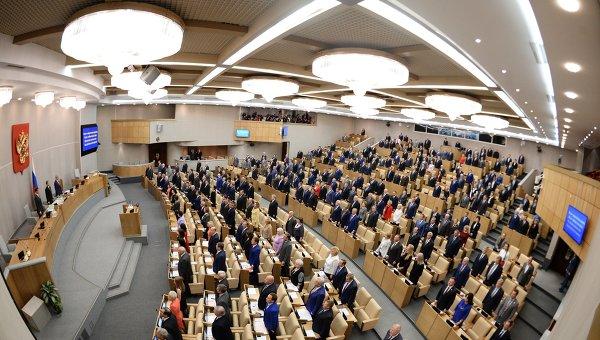 Депутаты во время исполнения гимна Российской Федерации