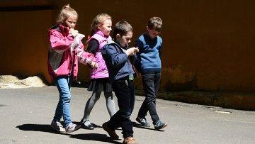 Дети у школы №15 в Донецке