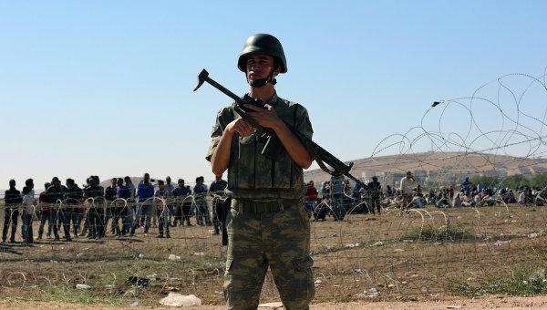 Турецкий солдат на турецко-сирийской границе. Архивное фото
