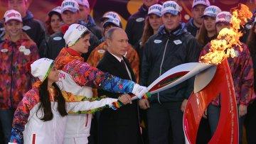 Владимир Путин во время торжественной церемонии зажжения чаши Олимпийского огня на Красной площади