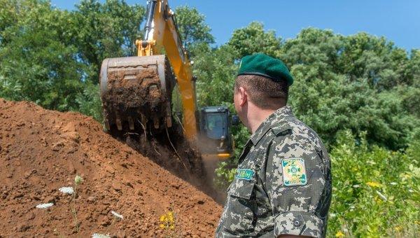 Ров на границе России и Украины в Харьковской области