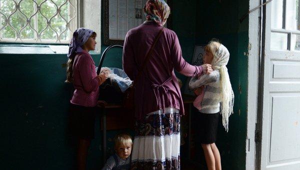 Женщина с детьми во время праздника Преображения Господня. Архивное фото