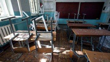 Последствия артобстрела школы в Донецке