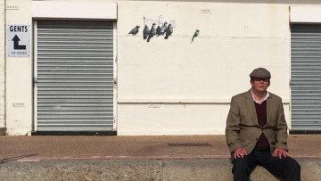Работа стрит-арт художника Бэнкси (Banksy) в городе Клактон-он-Си, Великобритания