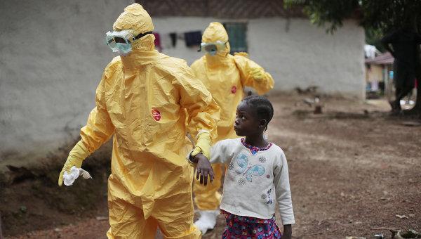 Госпитализация ребенка с подозрением на Эболу в Либерии. Архивное фото