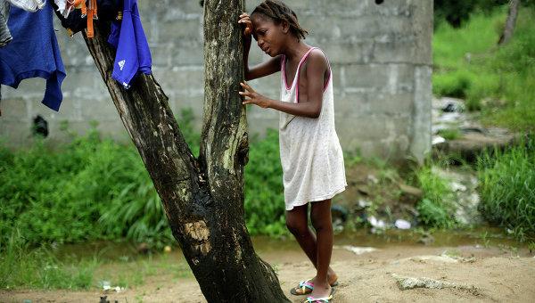 Девятилетняя жительница Монровии оплакивает свою мать, погибшую от лихорадки Эбола. Либерия, 2 октября 2014