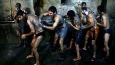 Иранские шахтеры принимают душ после смены