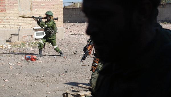 Ополченцы Донецкой народной республики (ДНР) во время боя, архивное фото