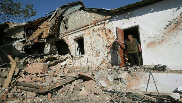 Разрушенный жилой дом после обстрела. Архивное фото
