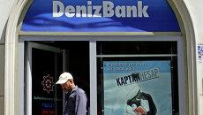 Мужчина выходит из здания DenizBank. Архивное фото
