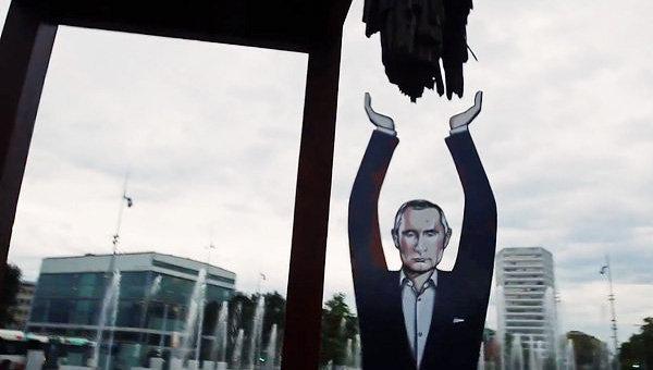 Видео Статуя Путина поддерживает сломанный стул